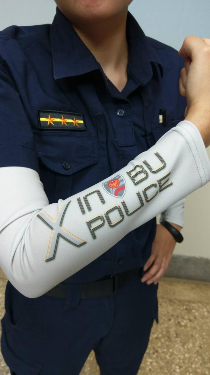 <br> ▲袖套白色象徵廉潔,繡有LOGO「Xin Bu POLICE 」新埔分局英文字樣。(圖/新埔分局提供)