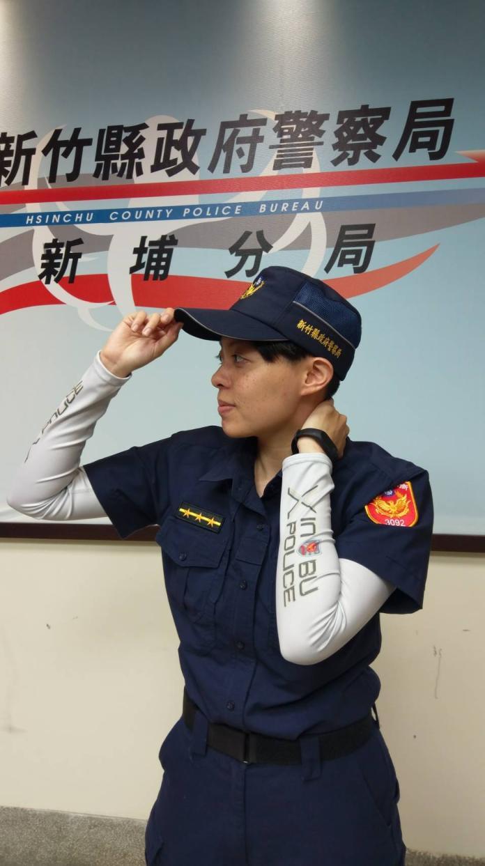 <br> ▲新埔分局警員獲贈涼感袖套,足以抵抗炎夏紫外線。(圖/新埔分局提供)