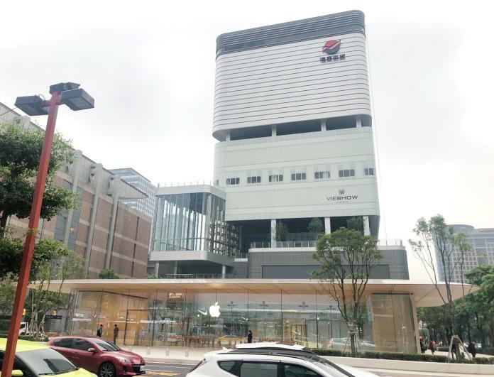 ▲台灣第一家獨棟建築的蘋果信義A13 Apple Store直營店將於明(15)日開幕,也讓位於A13的遠百信義受到關注,遠百信義預計2019年第4季開幕。(圖/遠百提供)