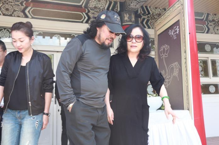 ▲(左起)六月、張菲、李亞萍一早出席賀一航的告別式。(圖/記者葉政勳攝)
