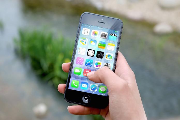 ▲原 PO 和女友到手機維修中心更換電池時,店員正要按下「設定」的按鈕檢查,卻誤觸他藏有 A 片的應用程式,導致現場氣氛立刻僵化。(示意圖/翻攝自 Pixabay )