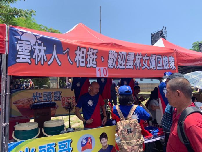 <br> 現場攤商打出雲林人挺雲林女婿,支持韓國瑜。 (圖/記者吳承翰攝)