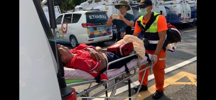 韓國瑜雲林造勢場,由於現場天氣好,有韓國瑜的支持者不耐32度高溫,熱衰竭送醫急救。 (圖/記者吳承翰攝)