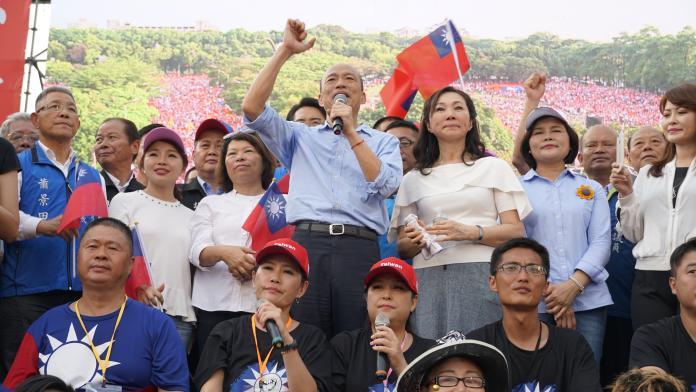 韓國瑜在和優良畢業生合照時,遭到15歲的國中生嗆他想選總統的想法「太可笑」。 (圖/資料照)