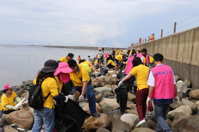 影/看到沙灘佈滿塑膠垃圾 大城國中學生西港海邊淨灘