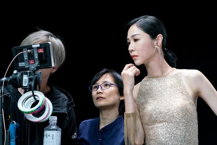 ▲拍攝現場,謝盈萱不斷確認自己的表演方式,以期有更好的表現。右二為導演卓立。(圖/台北市電影委員會)
