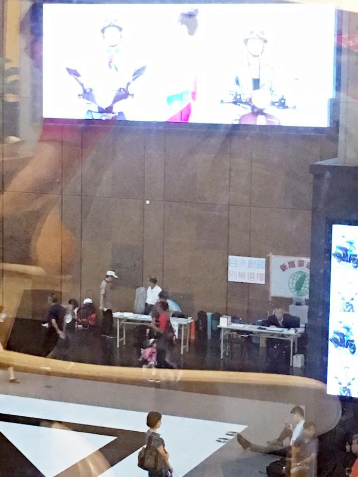 讀者爆料在高鐵、台鐵、台北捷運三鐵共構的台北車站大廳,竟公然提供總統府前國策顧問黃華進駐,為催生「台灣共和國」作為絕食抗議的據點。( 圖 / 讀者提供 )