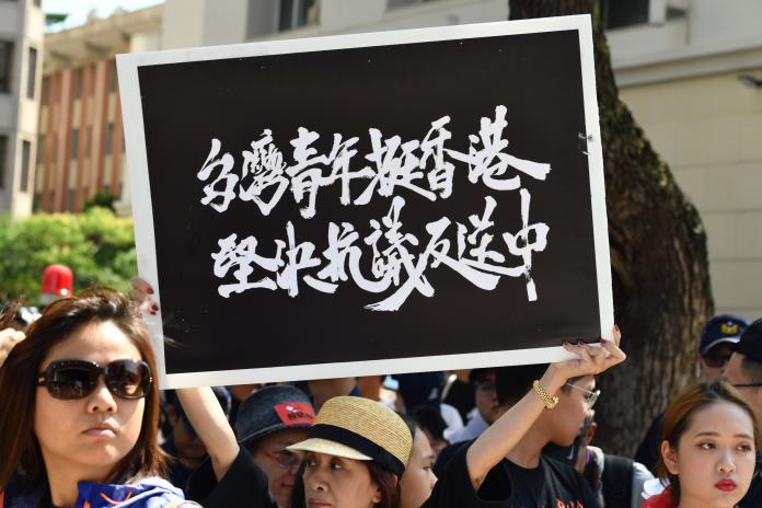 立法院外反送中活動,群眾高舉手舉牌。 (圖/記者林柏年攝)