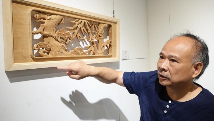 <br> ▲黃紗榮51年的木雕創作生涯,靈活運用自己的雙手,讓木雕藝術成為在地傳統文化的菁華。(圖/記者陳雅芳攝,2019.06.16)
