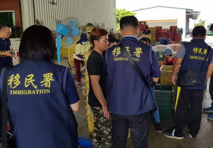移民署<b>突襲</b>青果集散市場 查獲非法工作外籍人士