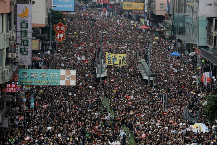 ▲昨( 16 )日香港人民第 4 度上街大遊行,抗爭惡法。(圖/達志影像/美聯社)