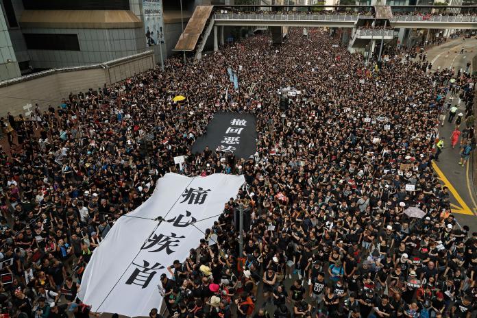 <br> ▲香港民間人權陣線(民陣)今(16)日仍發動「反送中」第 4 度大遊行,身穿黑衣的香港民眾擠爆遊行道路,畫面震撼。(圖/達志影像/美聯社)