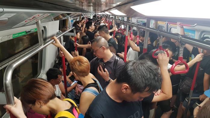<br> ▲今(16)日下午「反送中」抗爭遊行,許多香港民眾身穿黑衣上街,多個港鐵車站及車廂也都塞滿人潮。(圖/翻攝自「Hong Kong Free Press」推特)