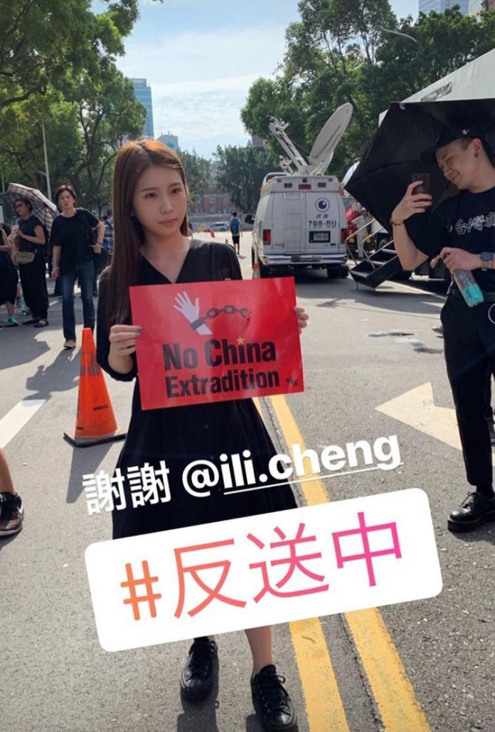 ▲雞排妹身穿全黑套裝且手上舉著「 No China Extradition 」的標語。(圖/翻攝自 IG )