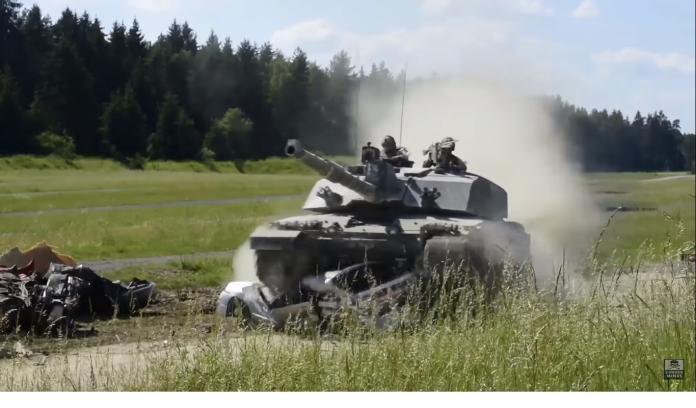 ▲坦克輾壓另一款車款。(圖/翻攝自影片)