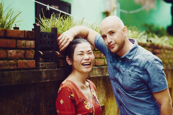 ▲吳鳳(右)與老婆陳錦玉結婚4年,育有兩名女兒。(圖/臉書)