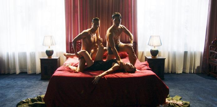 ▲吳可熙(下)任由兩個肌肉猛男擺佈,拍3P床戲。(圖/岸上影像)