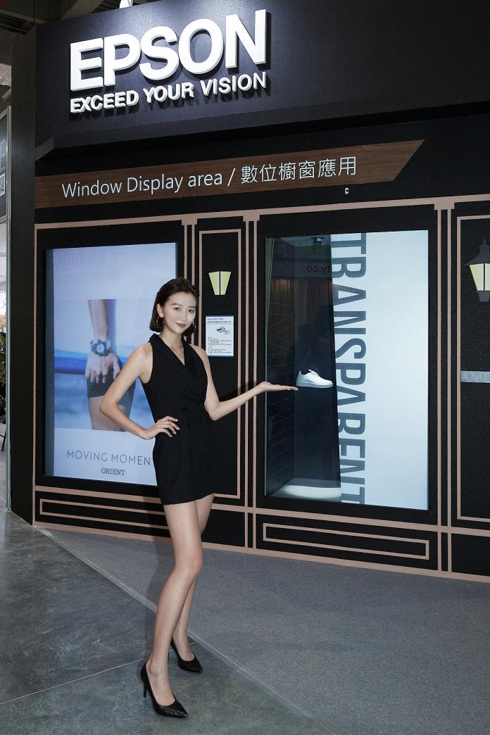 Epson藉由EB-700U超短焦投影機,搭配電控薄膜技術,打造動態光影櫥窗。業主可依需求自由切換廣告及實體展示內容,更可為消費者帶來驚喜互動體驗。