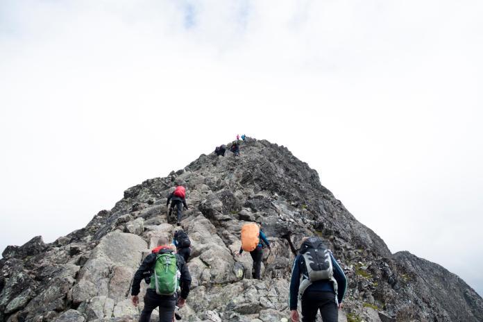 ▲一名 60 歲女性熱愛健行登山、爬百岳,長期卻導致膝關節軟骨磨損嚴重(圖非當事人)。(示意圖/取自 Unsplash )