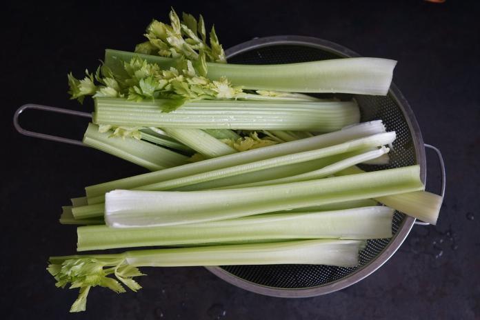 芹菜葉太苦澀沒人愛吃?老饕揭「秘藏料理法」:解膩清香