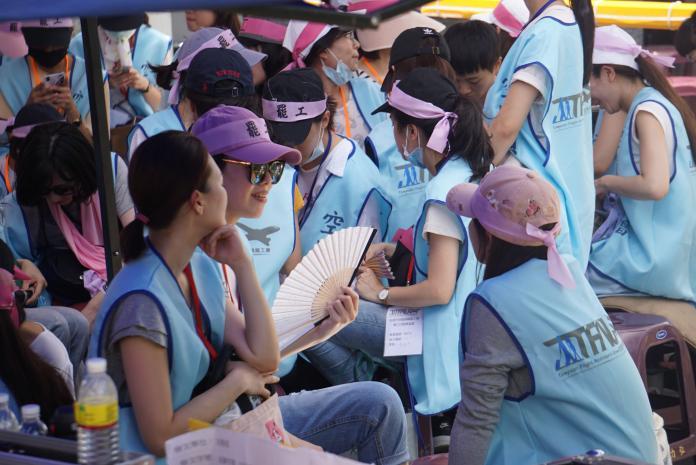▲長榮空服員發動罷工,身穿藍背心、頭繫粉色布條,要求資方聽見勞方聲音。(圖/NOWnews 資料照 )