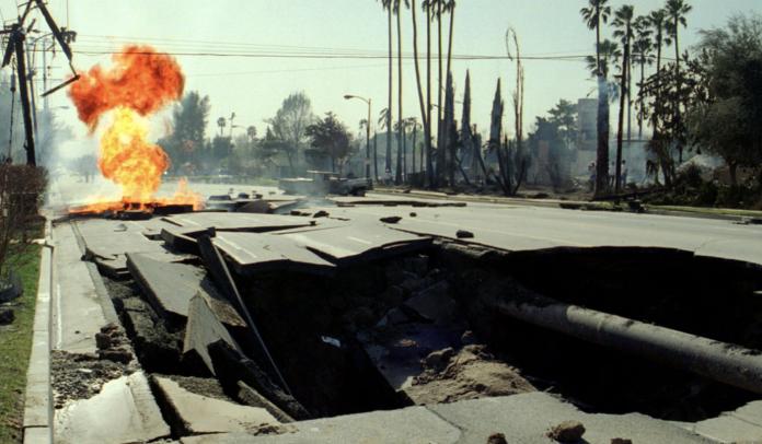▲美國南加州近日發生逾千次地震,民眾擔心是災難性強震來臨的前兆。圖為1994年發生在洛杉磯的北嶺地震。(圖/翻攝洛杉磯時報)