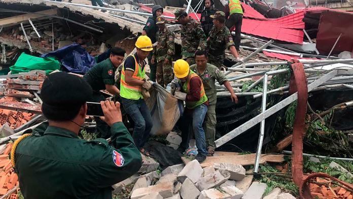 ▲柬埔寨西哈努克一棟由中國大陸商人投資興建,正在施工中的建築突然倒塌,造成至少多人死傷。(圖/美聯社/達志影像)