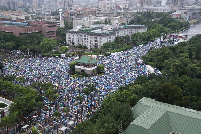 <br> ▲「拒絕紅色媒體、守護台灣民主」活動,今在凱道舉行,現場雨勢大,但人潮也相當多。(圖/葉政勳攝)
