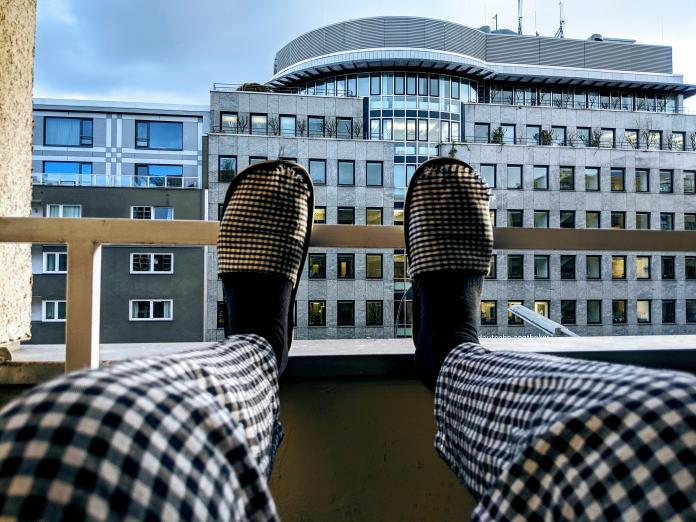 ▲垂足嚴重到就算在家中穿輕便的室內拖鞋,也只能拖著地走。(示意圖/取自 Unsplash )
