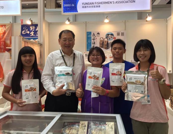 ▲高雄市政府海洋局局長趙紹廉(左2)到台北國際食品展現場,為高雄市永安區漁會加油打氣。(圖/高雄市政府海洋局提供)