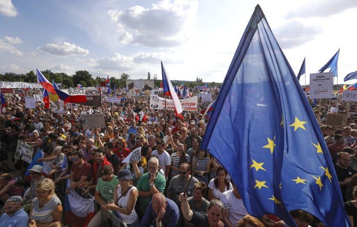 ▲25萬捷克民眾走上布拉格街頭,要求爆出貪腐醜聞的富豪總理巴比什下台。(圖/美聯社/達志影像)
