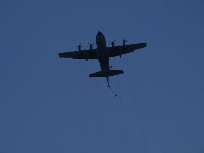 ▲C-130運輸機載運傘兵,準備在屏東傘訓基地實施跳傘訓練。(資料照/記者呂炯昌攝)
