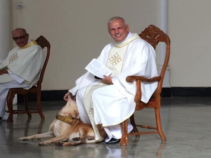 <b>神父</b>讓狗狗闖進望彌撒玩白袍 溫柔舉止被封最暖心天使