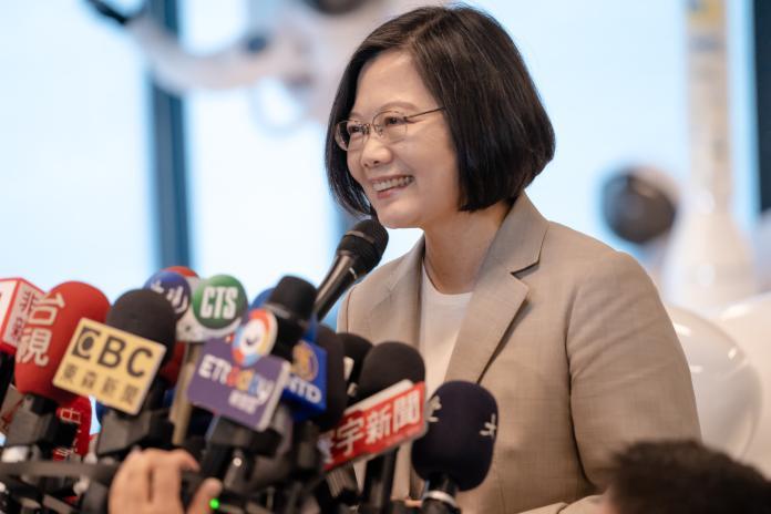 台北市長柯文哲日前指,民進黨只會放狗咬人,不會自己來咬。對此,總統蔡英文25日表示,還是要就事論事,柯文哲還是專心於市政。(圖/總統府提供)