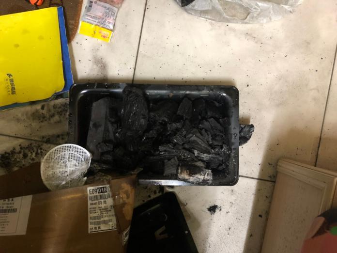 台南永康父偕2子燒炭自殺,現場發現燃燒過的木炭及鐵盆。