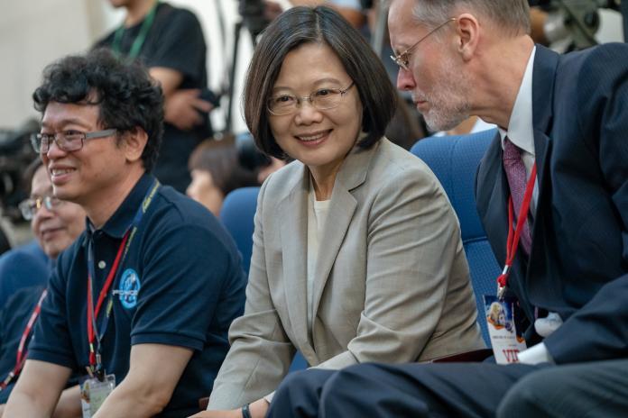 高雄市長韓國瑜拋出「台灣不要當旗子,要當塞子才可以泡澡」議題,引發熱議。對此,總統蔡英文26日受訪時表示,塞子跟洗泡澡這事很難理解!不過高雄市政府倒是要把栓子栓緊一點。(圖/總統府提供)