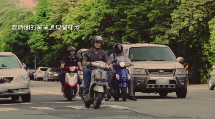 ▲高雄市新聞局拍攝「消滅闖紅燈」交通安全宣導短片在片中呼籲「當孩子的榜樣,一起守護用路人的安全,搶快一分鐘,遺憾伴一生」。(圖/高市府提供)