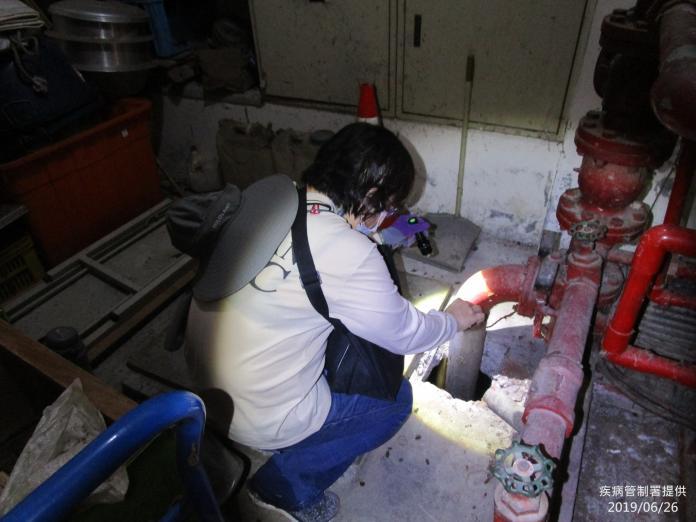 疾管署防疫人員檢視大樓管線是否有隱藏性孳生源