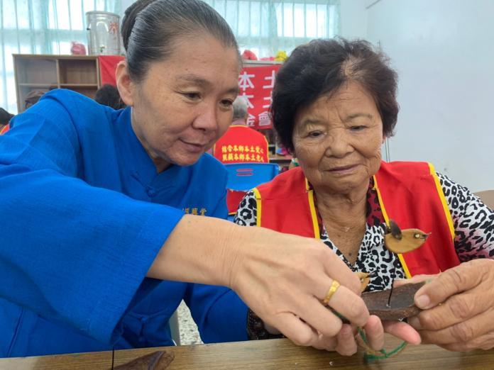 <br> ▲帶領孤老們製作「種子手作-幸福鳥吊飾」。(圖/記者陳雅芳攝,2019.06.26)