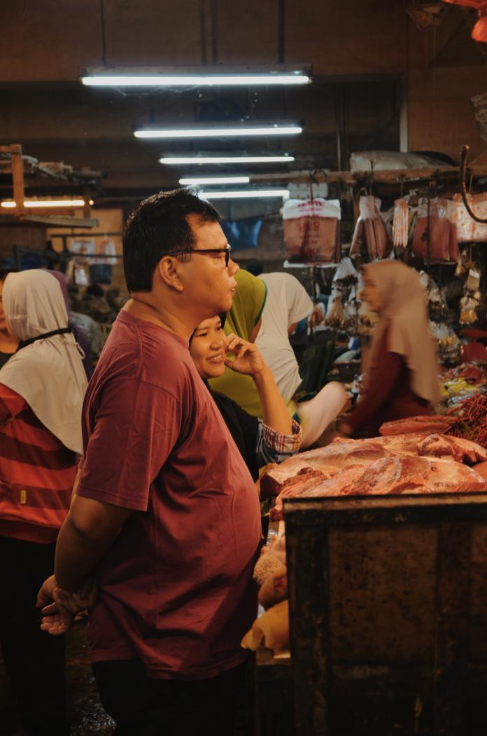 ▲肉攤每日工作超過 12 小時。(示意圖/取自 Unsplash )