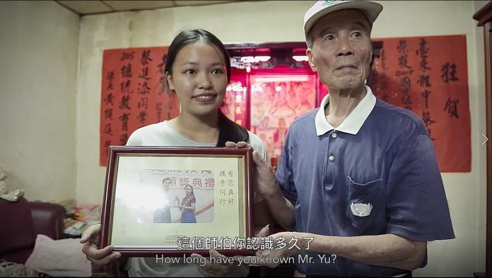 【如常】台東體中蔡進添(左)兩度榮獲總統教育獎,與長期陪伴的志工余輝雄(右)