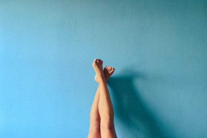 ▲許多人都有大腿、小腿水腫、疼痛的經驗。(示意圖/取自 Unsplash )
