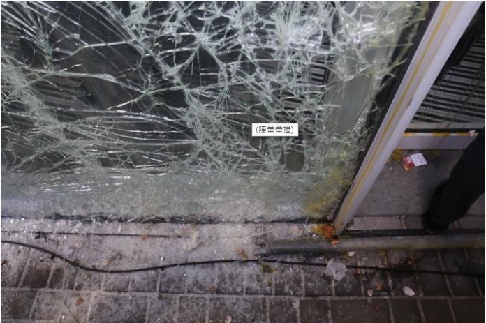 ▲立法會玻璃門的底部已完全損毀、鬆脫。(圖/翻攝自港媒)