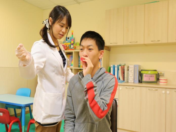 ▲語言治療師透過深層咽肌神經刺激療法(DPNS)、舌頭把持運動和用力吞嚥法治療。(圖/林重鎣翻攝2019.7.2)