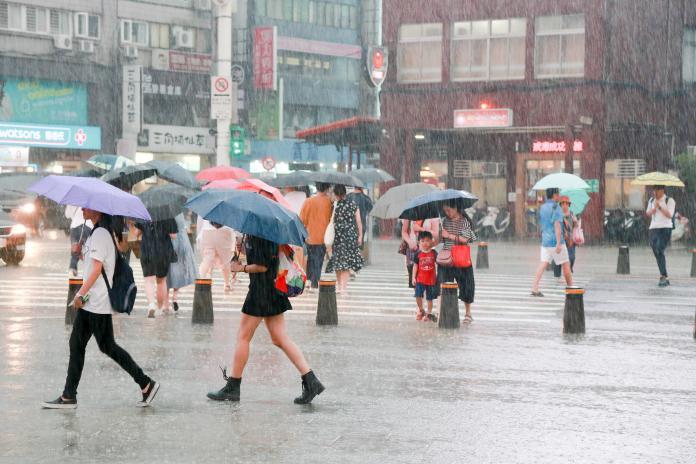 玲玲、劍魚成雙颱恐「夾擊台灣」? 專家曝最大風雨時間