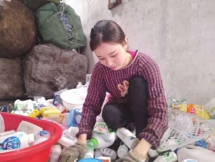 <br> ▲馮月月在 15 歲的時候,就跟著父母一起到回收廠從事「資源回收」的工作,當她回想起一開始走上街頭「拾荒」的日子,坦言:「非常辛苦!」(圖/翻攝自中新網)