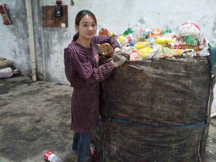 <br> ▲26 歲的馮月月現在已經是 4 個小孩的媽,由於做「資源回收」這一行十分辛苦,她很希望能夠換個環境(圖/翻攝自中新網)