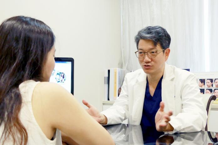 ▲醫師透露,暑假詢問雙眼皮手術的民眾增加三成左右。(圖/品牌提供)