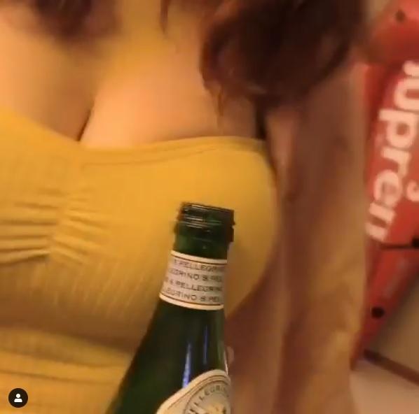 ▲用胸前的巨乳,輕輕轉碰瓶蓋,響亮的開瓶聲,只見那瓶蓋瞬間噴向一旁,同時也讓小嗨臉上綻放出甜美笑容。(圖/翻攝自 stilleecho IG )