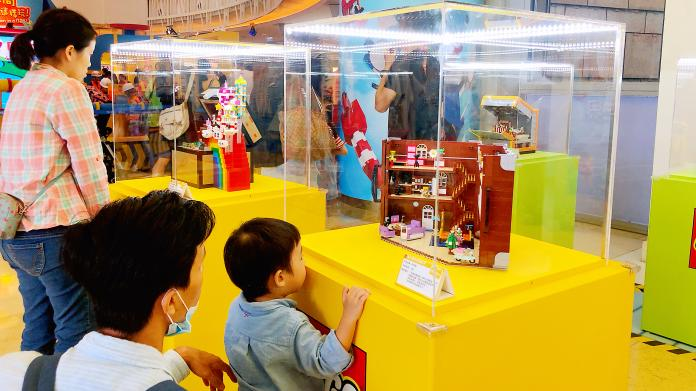 ▲樂高達人打造「盒子?的想像世界」,充滿驚奇創意。(圖/記者陳美嘉攝)
